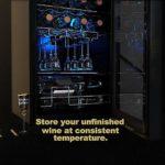 WIE Cave à Vin Réfrigérée 28 bouteilles 82 Litres 7 Étagière Réglable Réfrigérateur à Vin Rouge et Boisson 5°C–18°C Panneau Tactile Éclairage Intérieur LED Bleu,Cave à Vin avec Set Conservateur de Vin